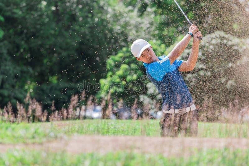 Golfspieler-Explosionssand Yong asiatischer lizenzfreie stockfotos