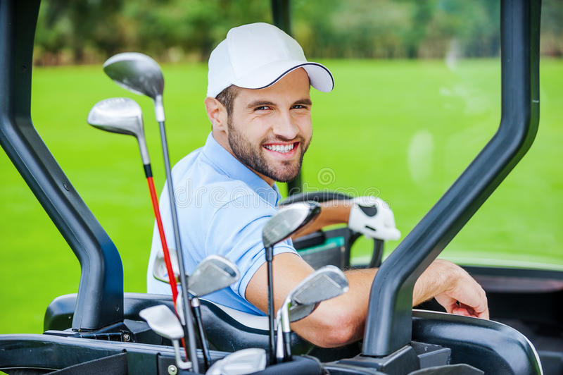 Golfspieler im Golfmobil lizenzfreie stockbilder