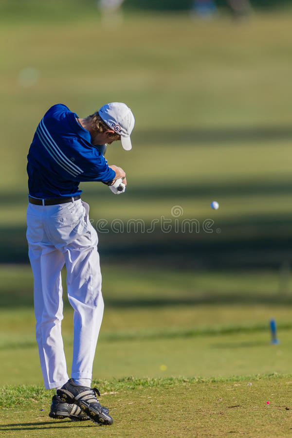 Golfspieler-Junior Driving Ball Rear Close-Foto lizenzfreie stockbilder