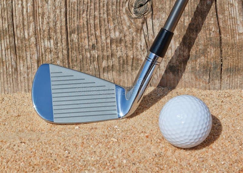 Golfstok en houten balsteun. stock afbeelding
