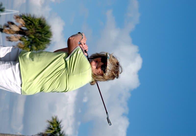 golfswingkvinna arkivfoton