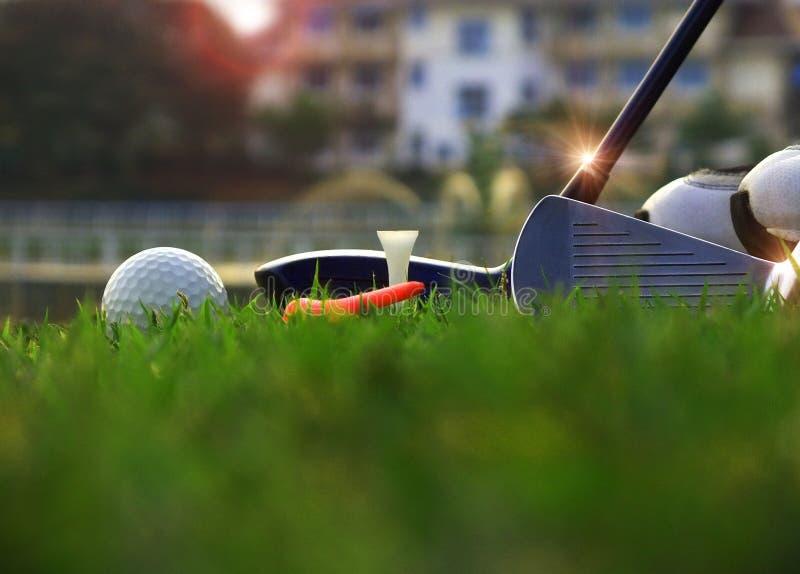 Golfutrustning i en gr?n gr?smatta fotografering för bildbyråer