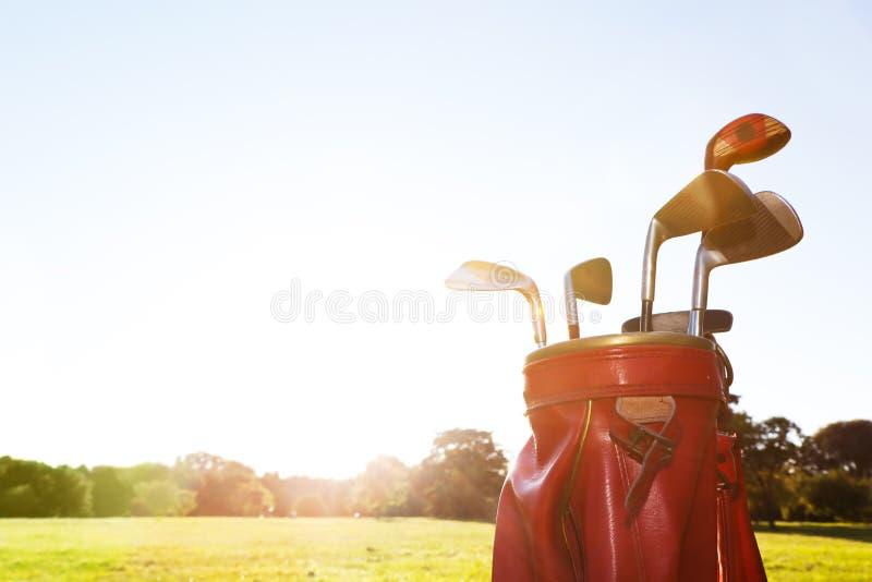 Golfutrustning. Professionellklubbor på golfbana royaltyfria bilder