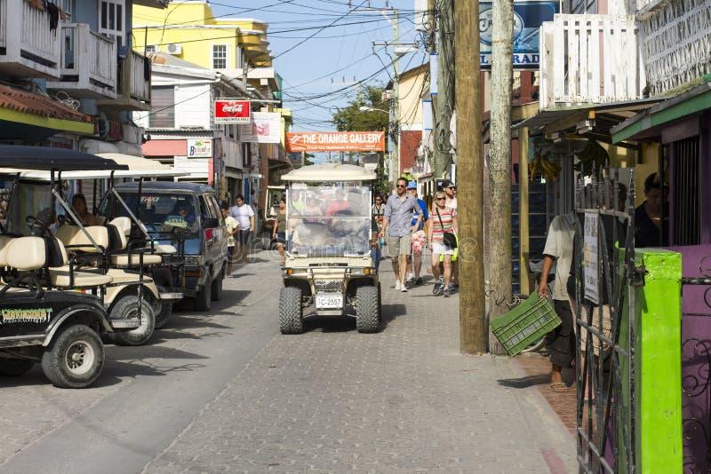 Golfvagn som kryssar omkring San Pedro, Belize royaltyfria bilder