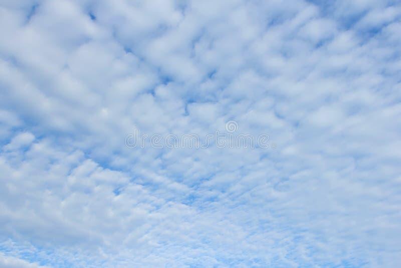 Golfwolk op blauwe hemel stock foto afbeelding 43287860 - Blauwe hemel kamer ...