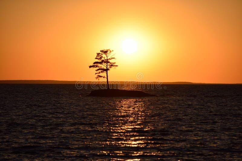 Golgen-Sonnenuntergang auf der kleinen Insel der Seesonne stockfotos