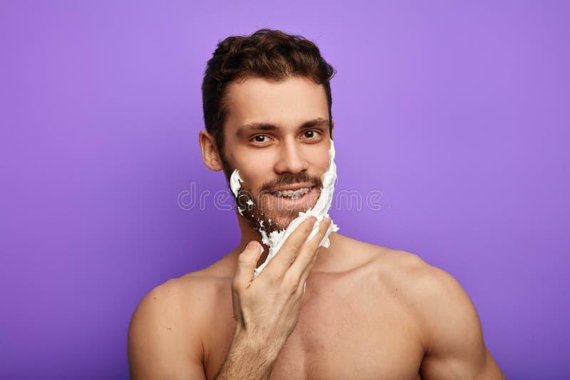 Golić mężczyzny patrzeje kamerę z szczęśliwą zadowoloną emocją fotografia royalty free