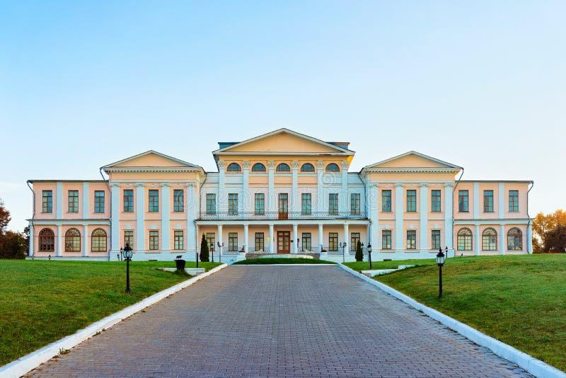 Golitsyn Palace i Dubrovitsy i staden Podolsk nära Moskva i Ryssland Liggande fotografering för bildbyråer