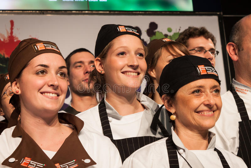 Golosaria的厨师的助理2013年在米兰,意大利 库存照片