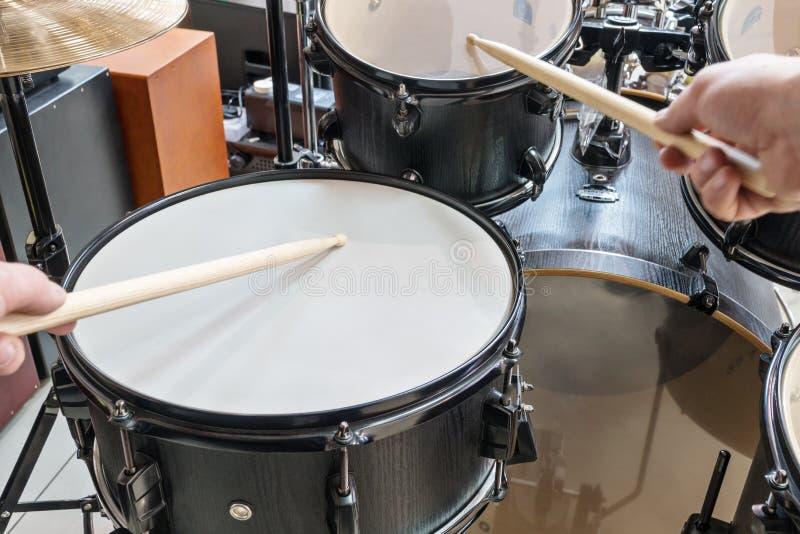 Golpe de dos manos en un tambor fotos de archivo libres de regalías