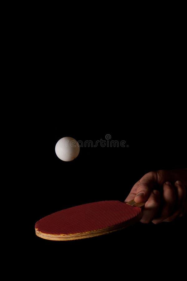 Golpe de una bola de ping-pong en negro foto de archivo libre de regalías