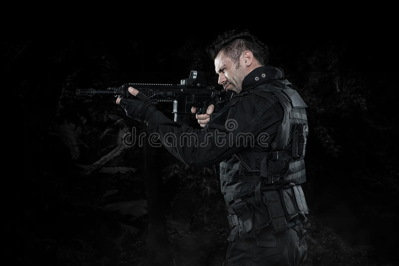 GOLPE do agente da polícia dos ops das especs. no estúdio uniforme preto fotos de stock