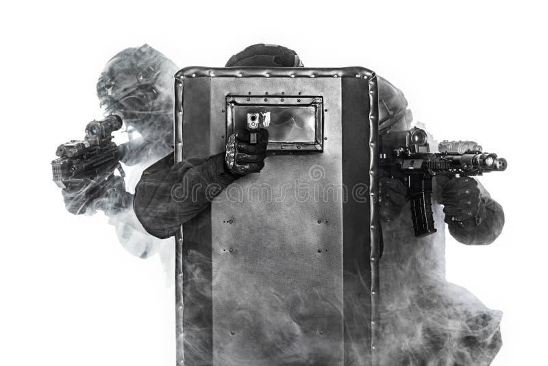 GOLPE VIOLENTO de los oficiales de policía foto de archivo