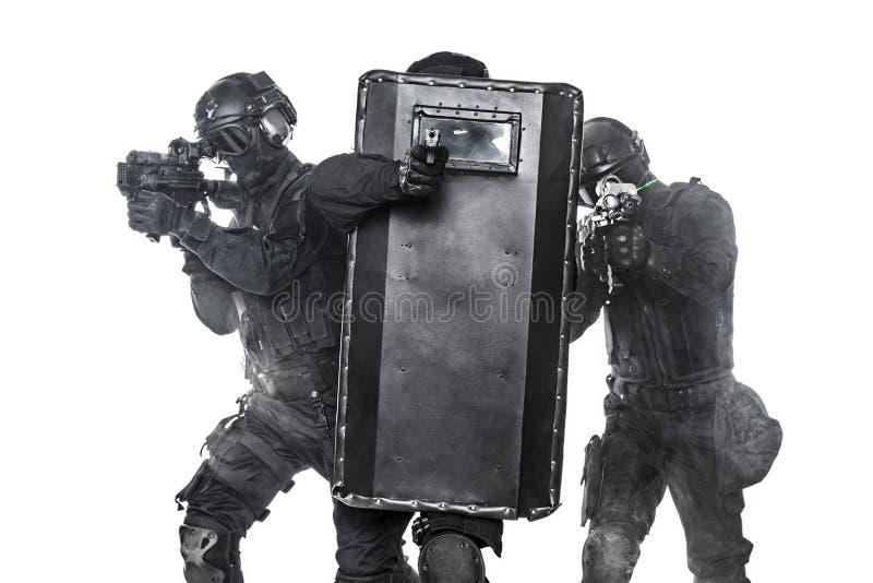 GOLPE VIOLENTO de los oficiales de policía fotos de archivo