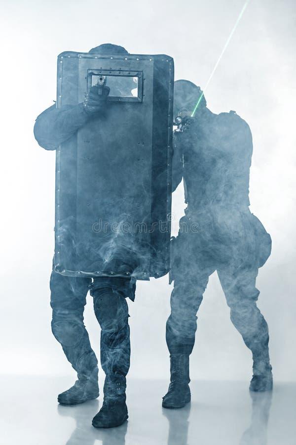 GOLPE VIOLENTO de los oficiales de policía fotos de archivo libres de regalías
