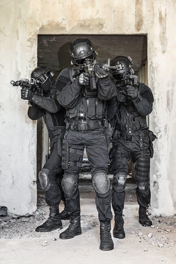 GOLPE VIOLENTO de los oficiales de policía de los ops de espec. imagen de archivo