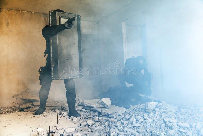 GOLPE VIOLENTO de los oficiales de policía de los ops de espec. fotografía de archivo