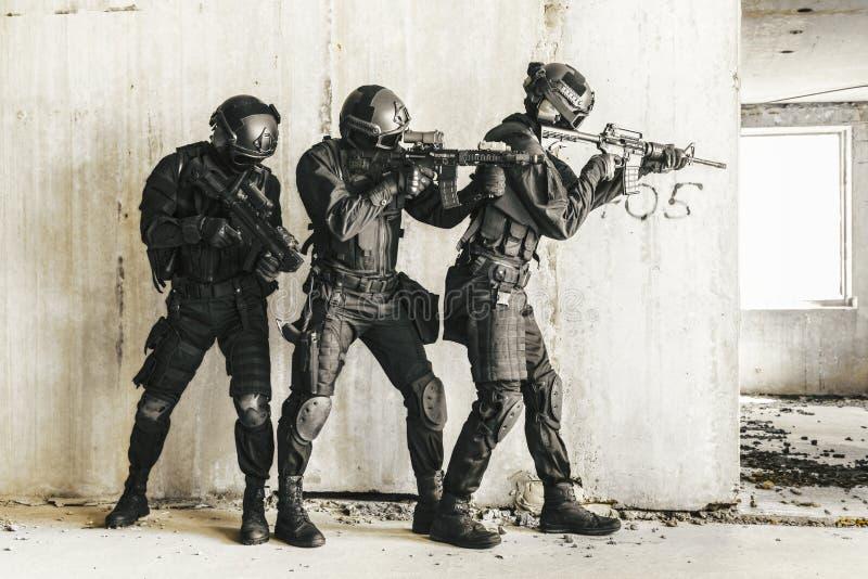 GOLPE VIOLENTO de los oficiales de policía de los ops de espec. imagenes de archivo