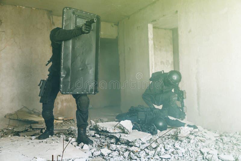GOLPE VIOLENTO de los oficiales de policía de los ops de espec. fotos de archivo