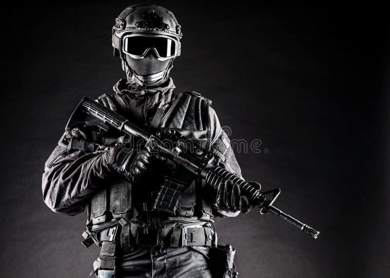GOLPE VIOLENTO del oficial de policía de los ops de espec. imagen de archivo libre de regalías