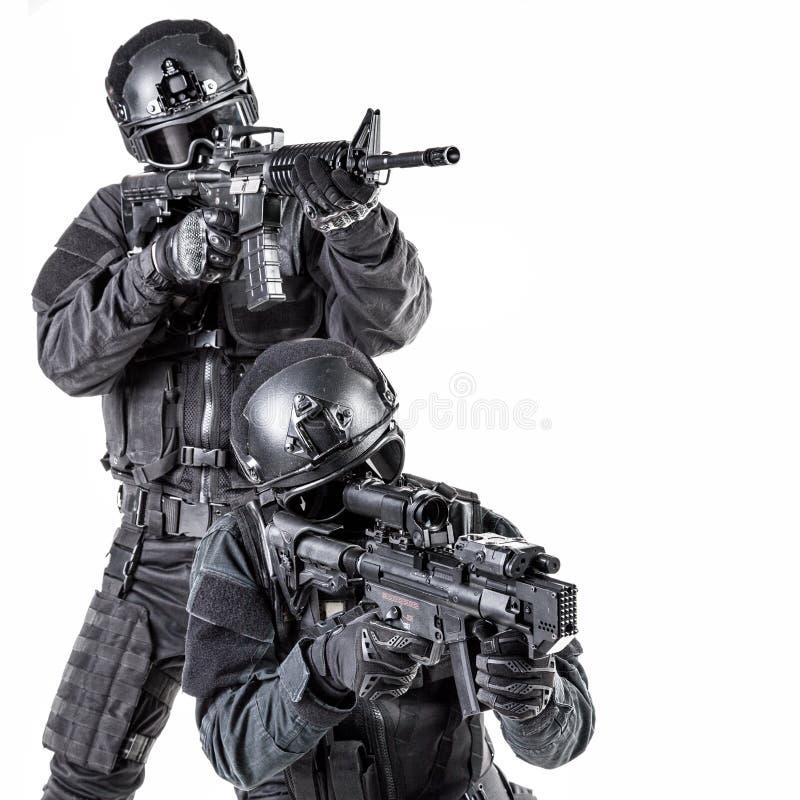 GOLPE VIOLENTO del oficial de policía de los ops de espec. imagen de archivo