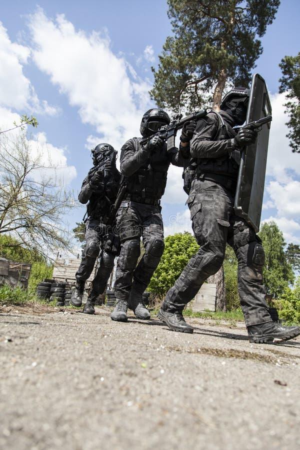 GOLPE VIOLENTO del oficial de policía de los ops de espec. foto de archivo libre de regalías