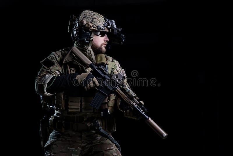 GOLPE VIOLENTO del soldado de los ops de espec. foto de archivo