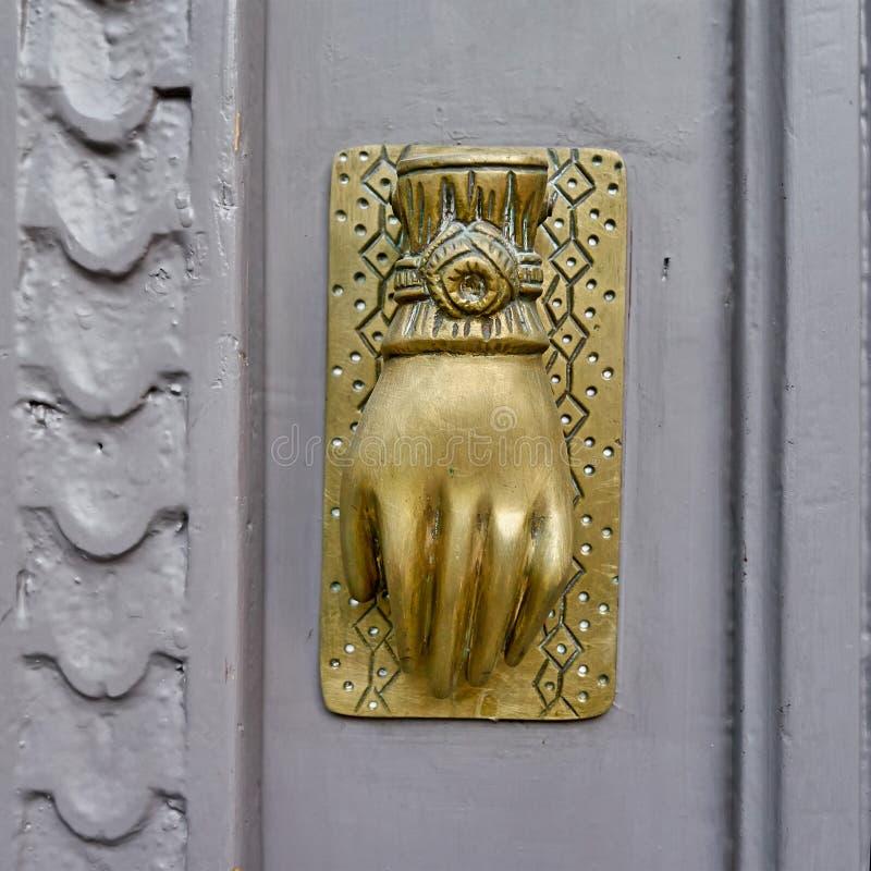 Golpeador de bronce formado mano imagen de archivo