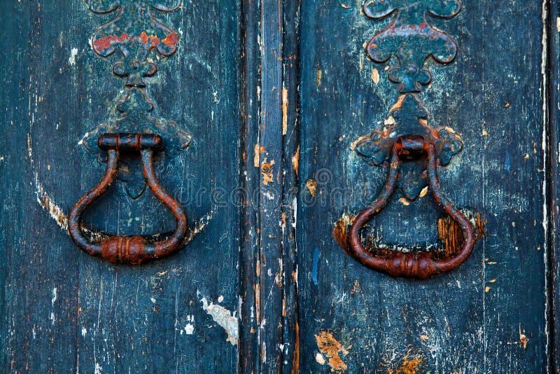 Golpeador de cobre amarillo en puerta de madera vieja imagen de archivo