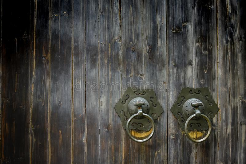 Golpeador de madera antiguo de la manija del golpeador del metal de la puerta del estilo chino, abigarrado y de cobre amarillo de fotos de archivo