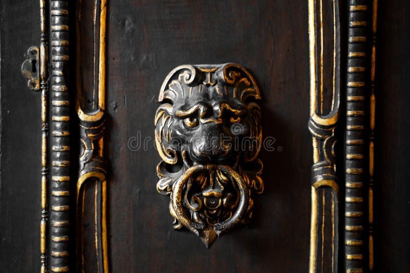 Golpeador de puerta antiguo viejo fotos de archivo