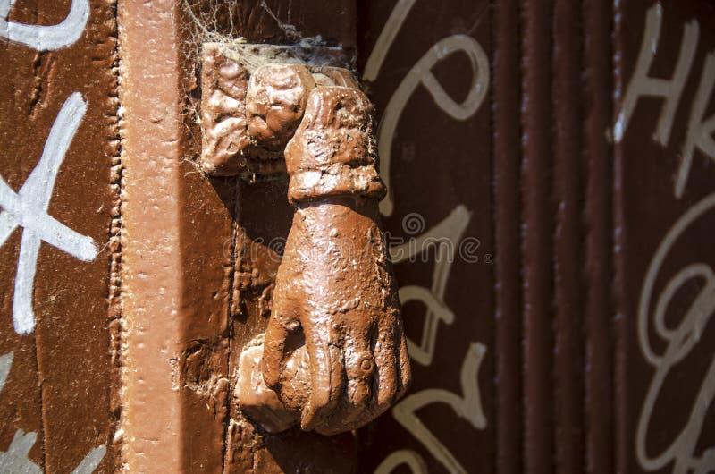 Golpeador de puerta formado mano foto de archivo libre de regalías