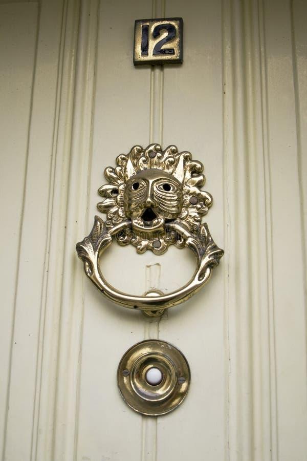 Golpeador de puerta hermoso del bronce del oranate fotos de archivo