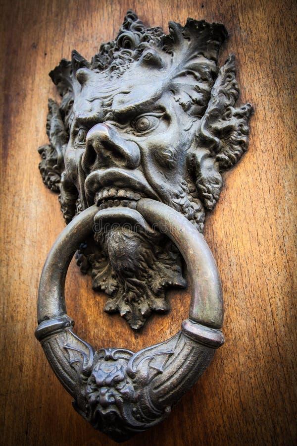 Golpeador de puerta principal del diablo imagen de archivo libre de regalías