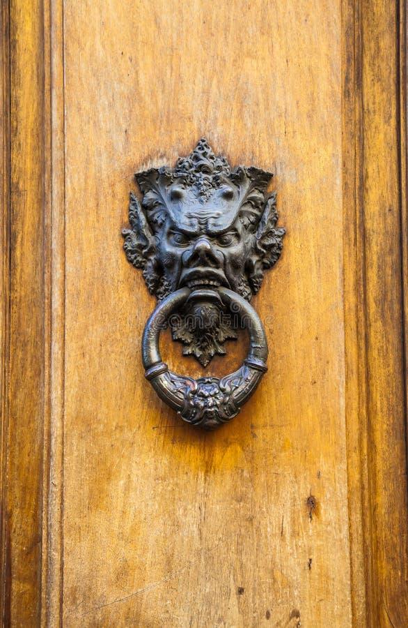 Golpeador de puerta principal del diablo foto de archivo libre de regalías