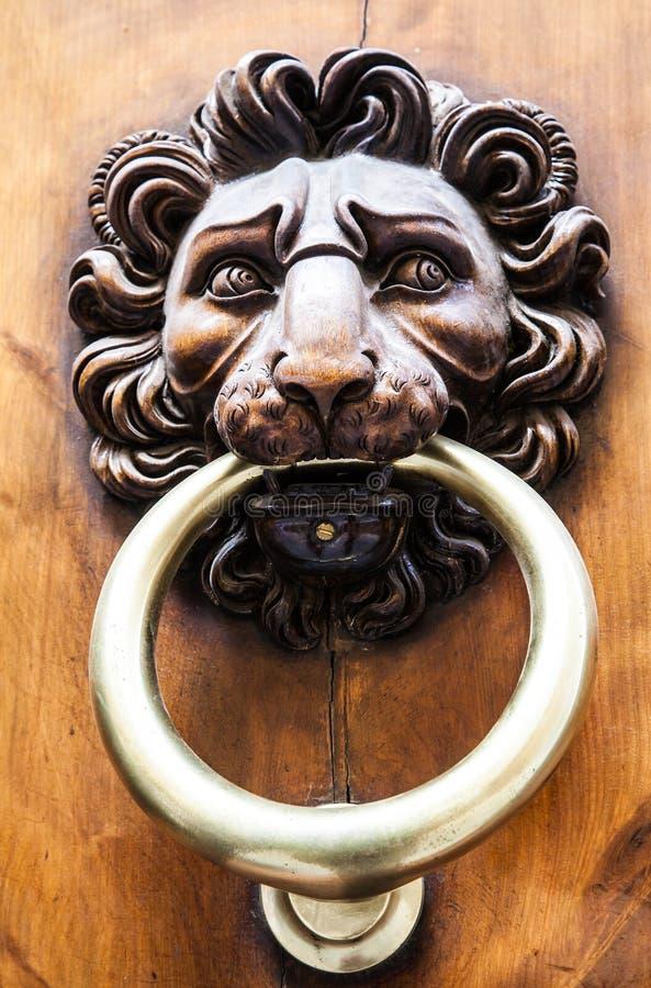 Golpeador de puerta principal del león foto de archivo libre de regalías