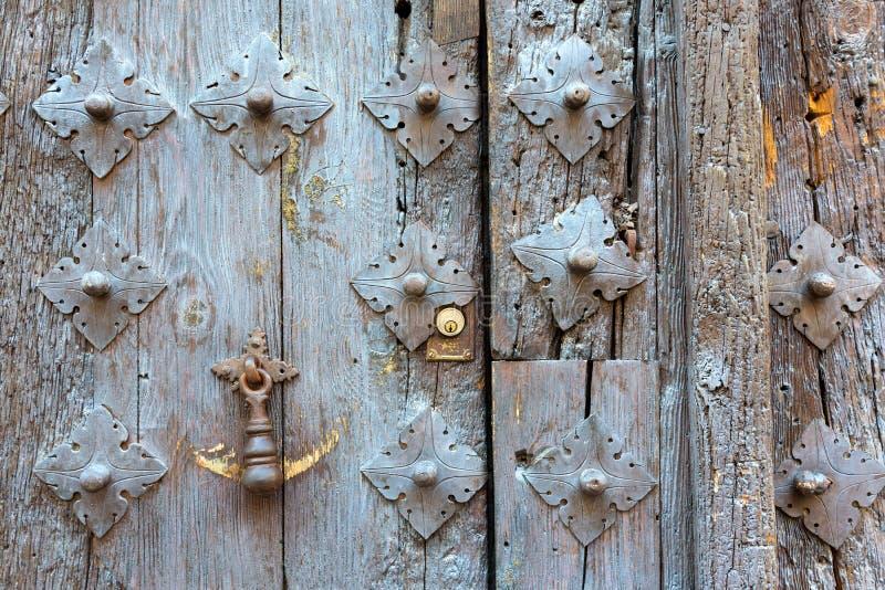 Golpeador de puerta viejo antiguo imagenes de archivo