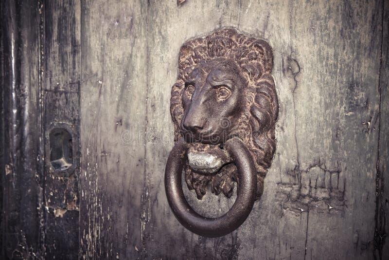 Golpeador de puerta - viejo detalle oxidado de la puerta fotos de archivo libres de regalías