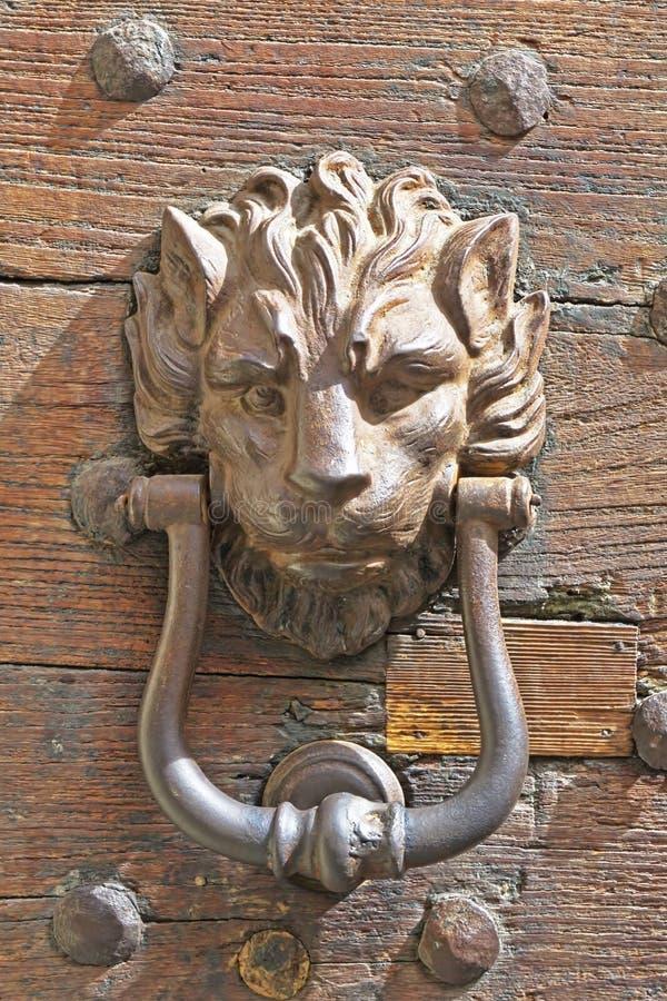 Golpeador de puerta viejo en una puerta de madera imágenes de archivo libres de regalías