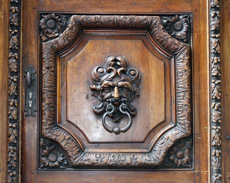 Golpeador en una puerta de madera vieja imagenes de archivo