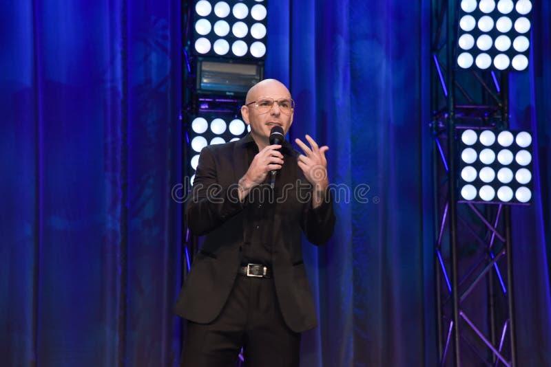 Golpeador Pitbull que habla en etapa imagenes de archivo