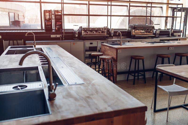 Golpecito de agua Cocina profesional del restaurante Equipo y dispositivos modernos Cocina vacía por la mañana fotos de archivo