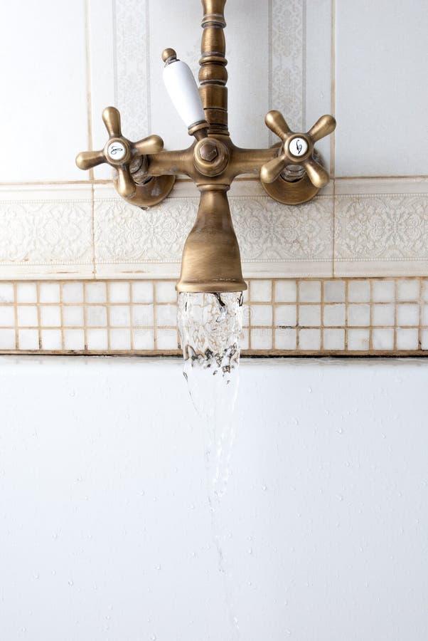 Golpecito de agua Corrientes del golpecito Para tomar un baño Agua fría Agua caliente Buenos días fotos de archivo libres de regalías