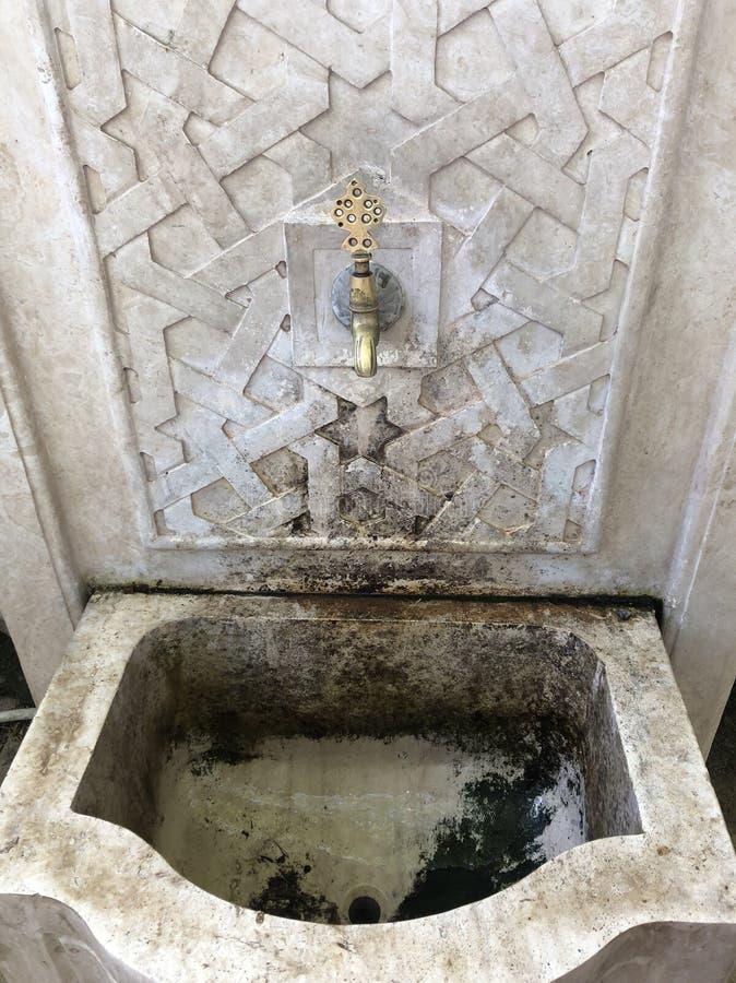 Golpecito de agua en la instalación decorativa imagen de archivo libre de regalías