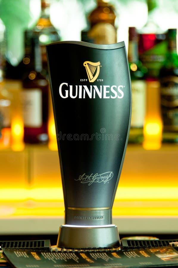 Golpecito de la cerveza de Guinness imagen de archivo libre de regalías