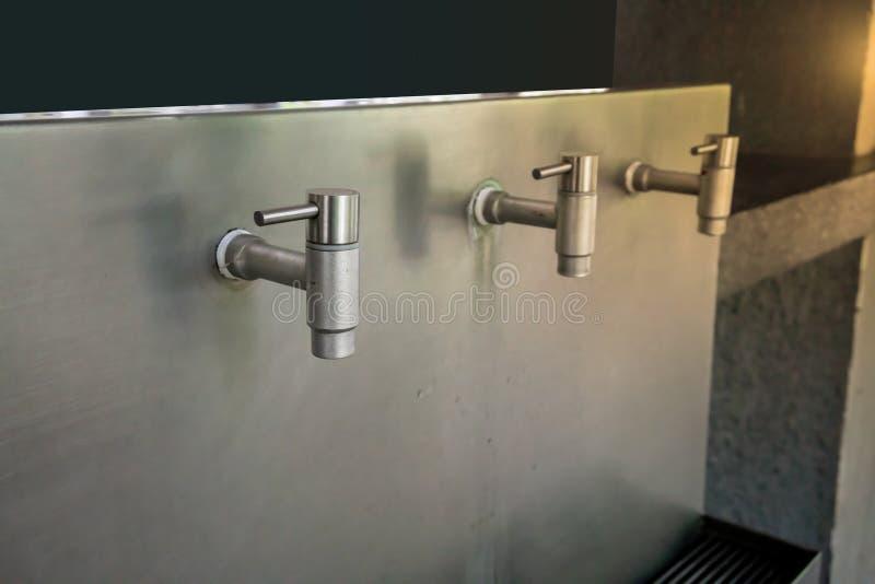 Golpecitos de agua para el agua potable hecha del acero inoxidable imagenes de archivo