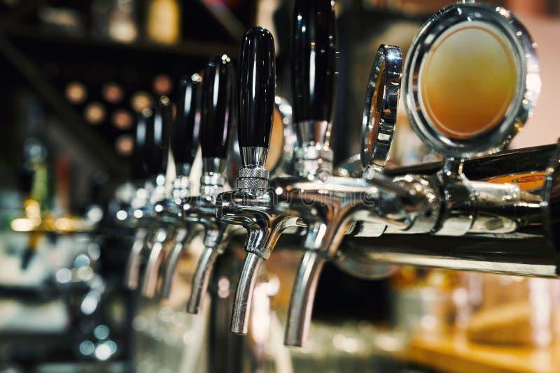 Golpecitos de la cerveza en fila imágenes de archivo libres de regalías