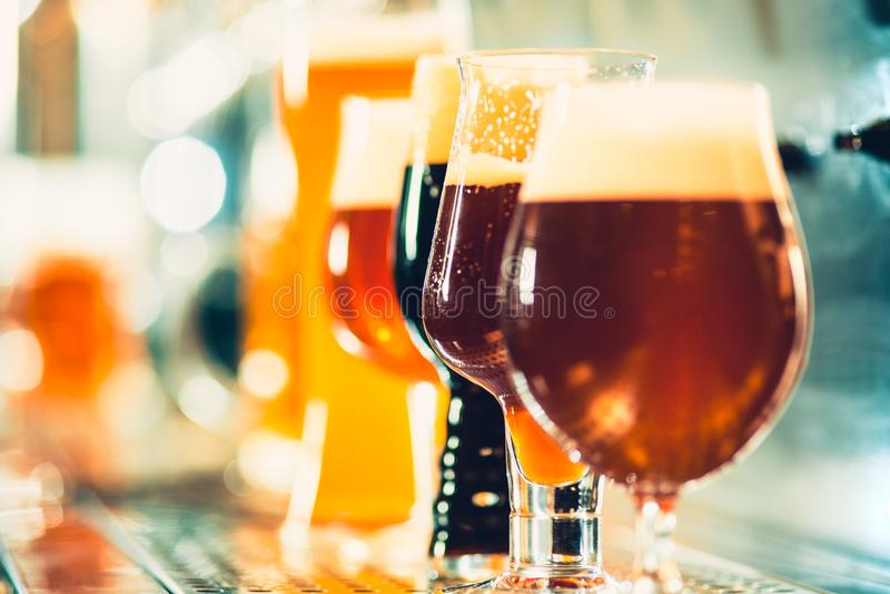 Golpecitos de la cerveza en un pub fotografía de archivo libre de regalías