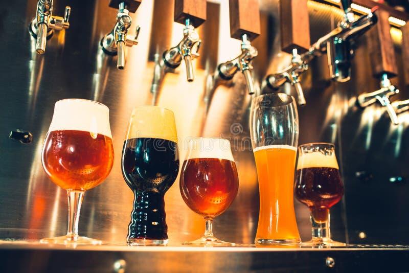 Golpecitos de la cerveza en un pub imágenes de archivo libres de regalías