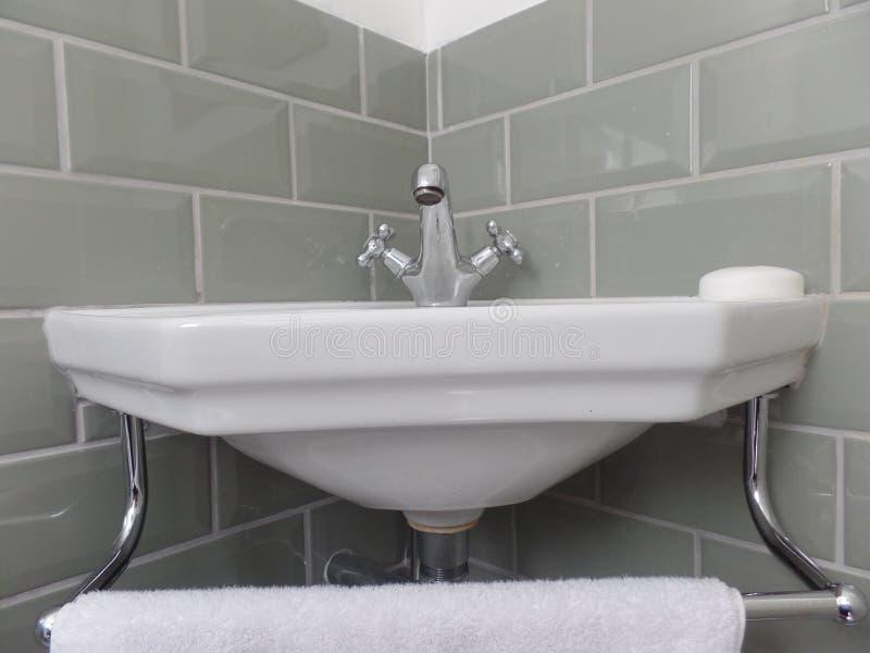 Golpecitos y lavabo del cuarto de baño del estilo del vintage foto de archivo